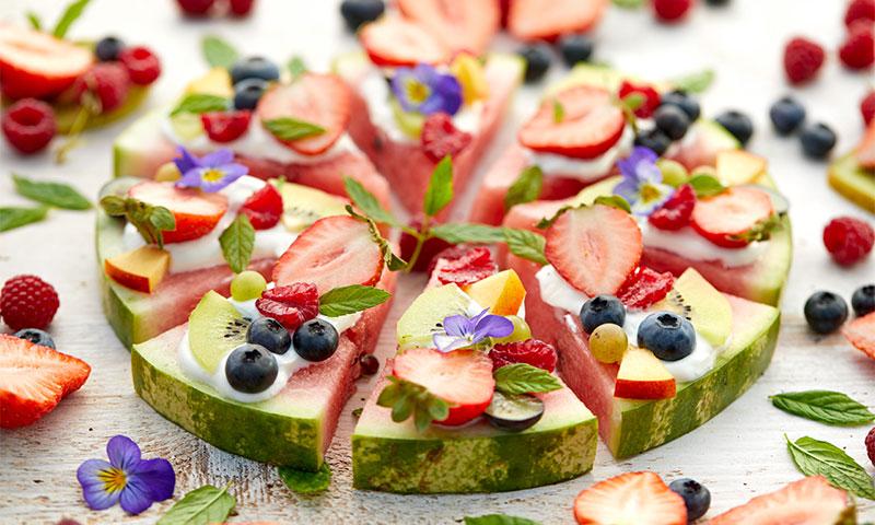 Pizza de sandía y otras frutas con yogur