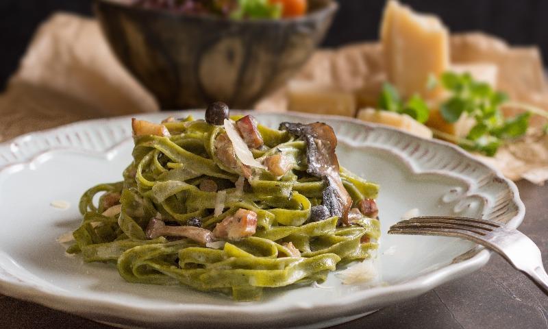 Tallarines de espinacas con beicon y champiñones