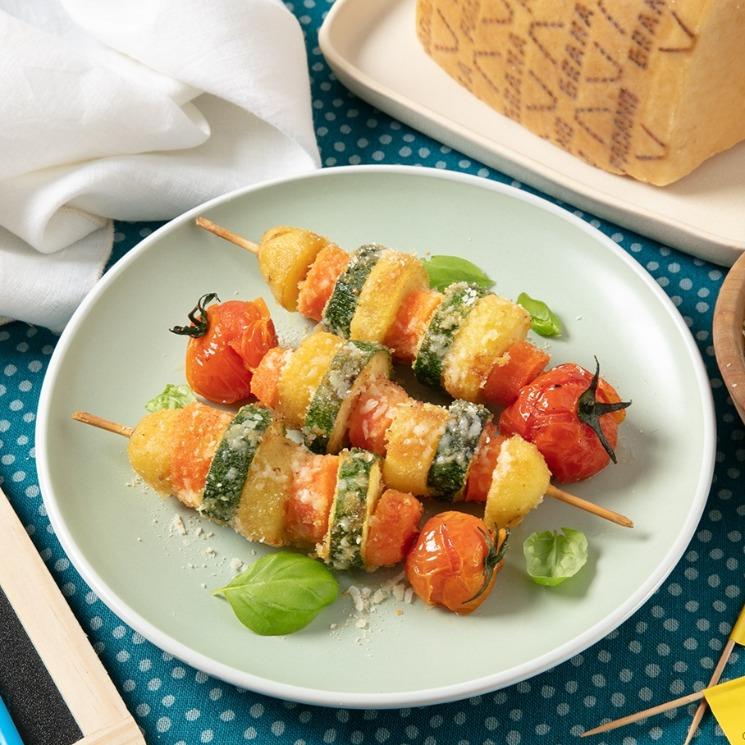 Brochetas gratinadas al horno con verduras, patatas y queso