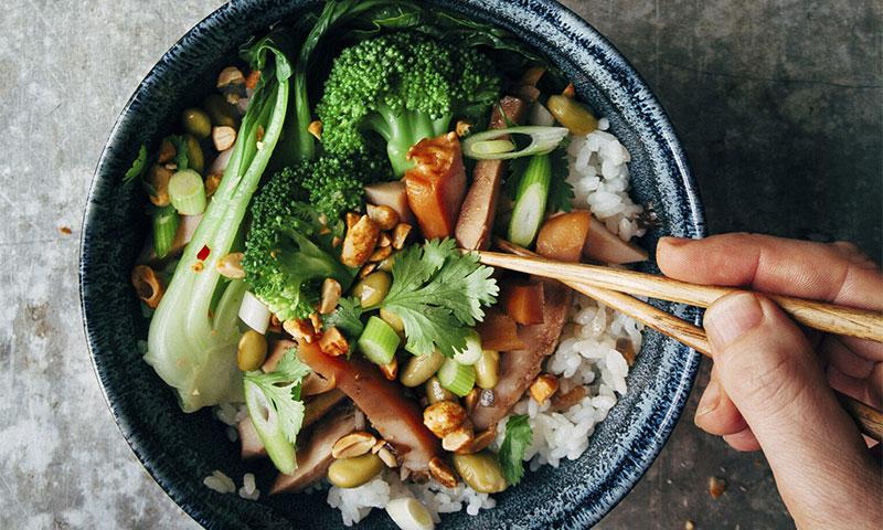 Arroz con edamame, 'pak choi', pollo ahumado, cacahuetes y brócoli