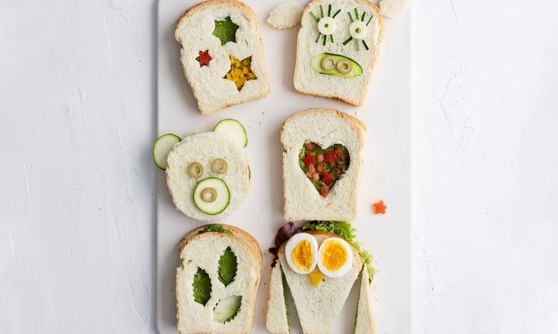 Sándwich de pan blanco y pesto de espinacas