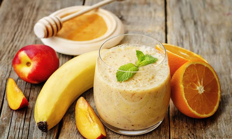 Batido 'multifrutas' de yogur con miel