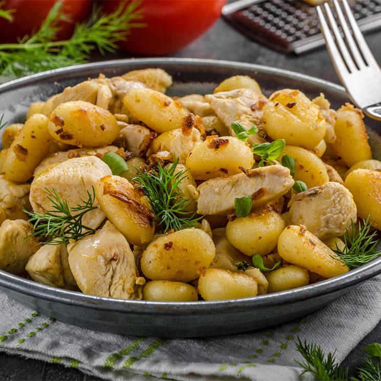 'Gnocchis' con pollo al curry y piñones