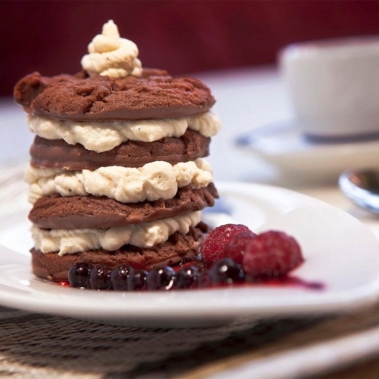 Mini tarta de 'cookies' de chocolate con crema de mascarpone y salsa de frutos rojos
