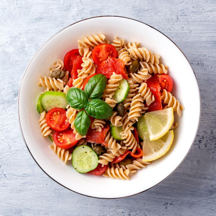 Ensalada de pasta integral con tomates 'cherry'