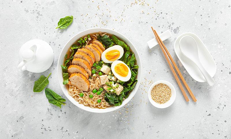 'Ramen' con pollo, espinacas, guisantes y huevo cocido
