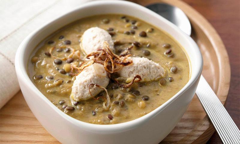 Sopa cremosa de lentejas con quenelles de pollo