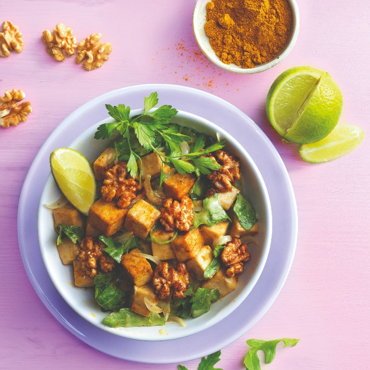 Tofu al curry y nueces caramelizadas con especias