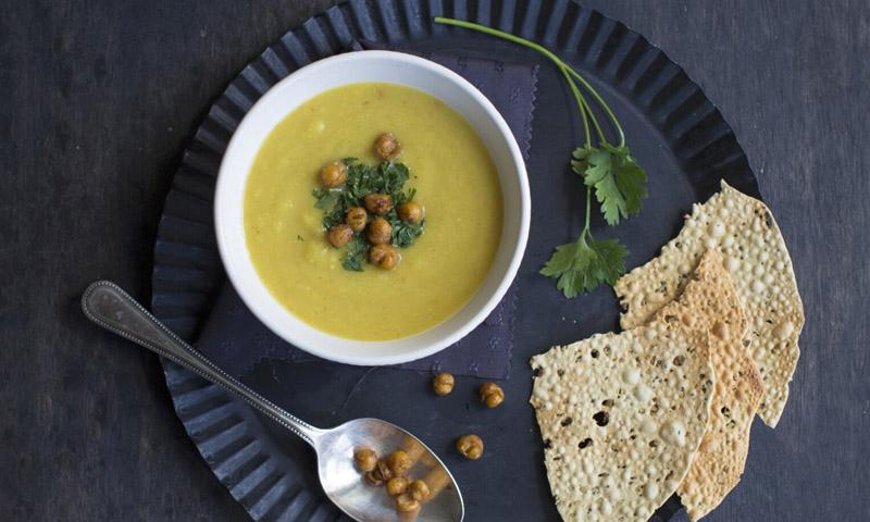 Crema de chirivía y garbanzos con curry y cilantro