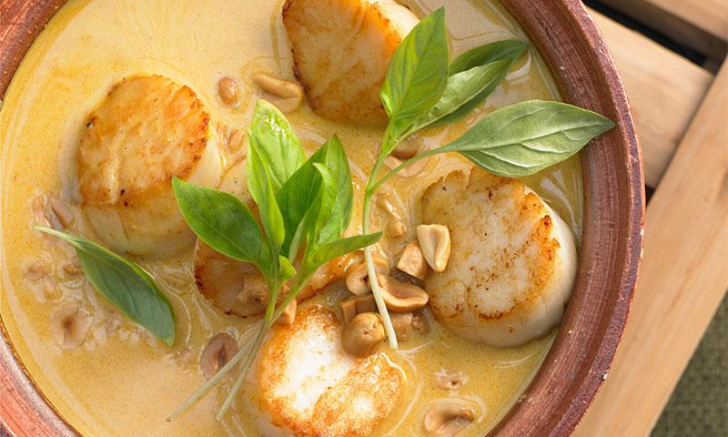Sopa tailandesa con cacahuete y vieiras