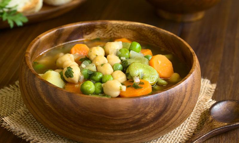 Sopa vegetariana de habas, guisantes y garbanzos