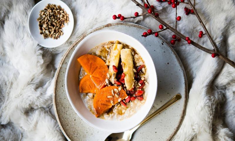 Porridge de avena, caqui y bayas de goji