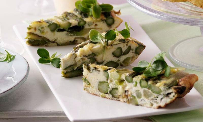 Tortilla de espárragos verdes con crema agria