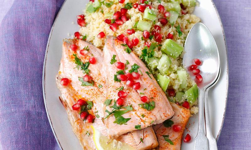 Salmón al horno con ensalada de cuscús, pepino y granada