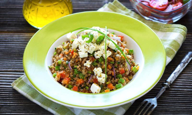Ensalada de amaranto y trigo sarraceno con verduras y queso feta