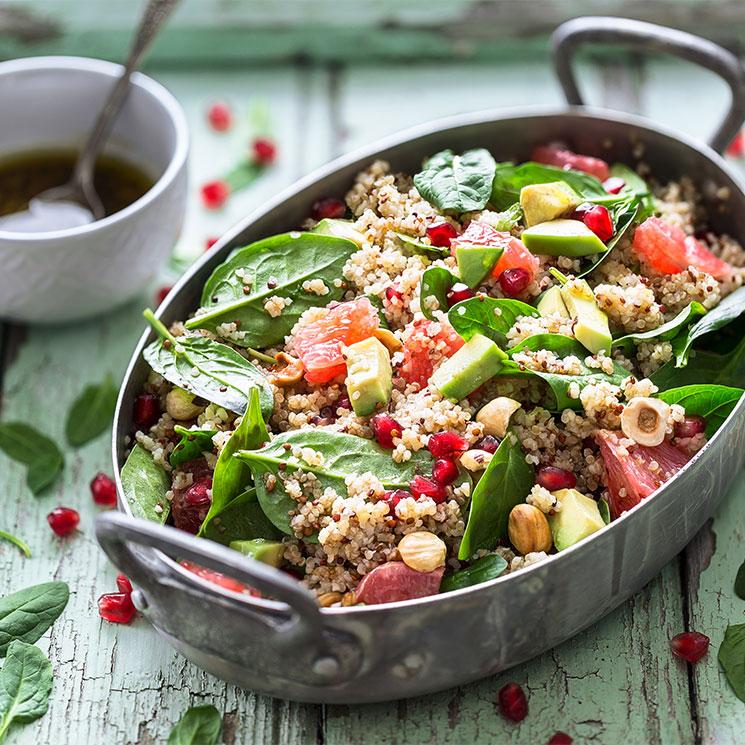 Ensalada de quinoa con espinacas, aguacate y avellanas