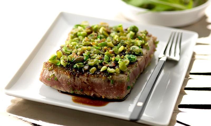 Atún con costra de guisantes al wasabi, pistachos y salsa de soja