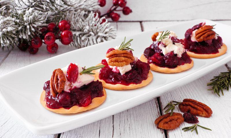 Galletas con mermelada de frutos rojos y pecanas