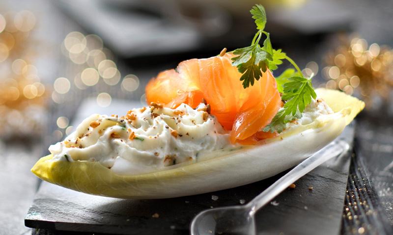 Endivias rellenas de 'ricotta' con eneldo, piñones y salmón ahumado