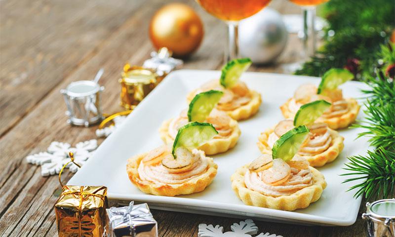 Tartaletas de 'mousse' de salmón con gambas y pepino