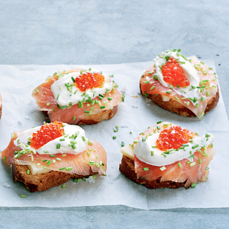 Crostini de salmón ahumado con queso curado y 'crème fraîche'