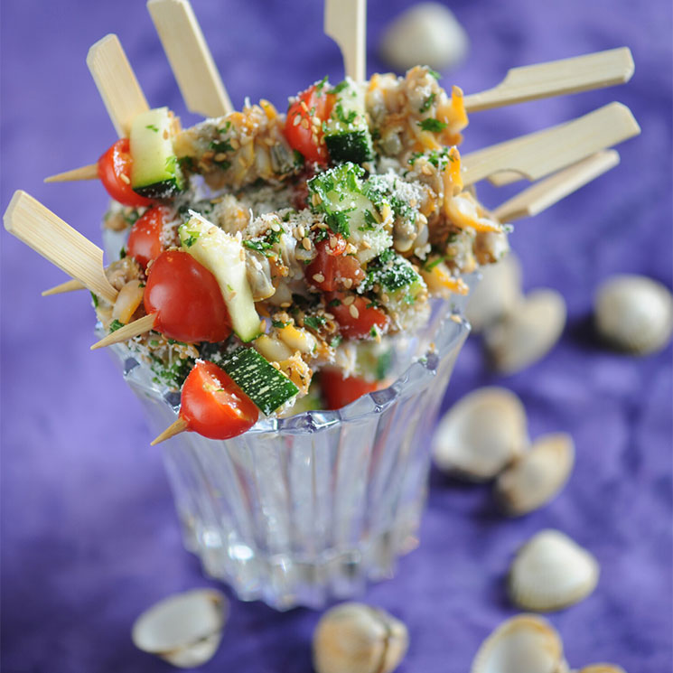 Brochetas de moluscos con tomate, calabacín y sésamo