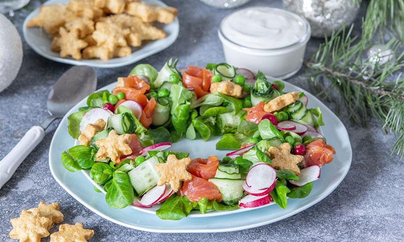 Ensalada vegetal con salmón ahumado y salsa de yogur