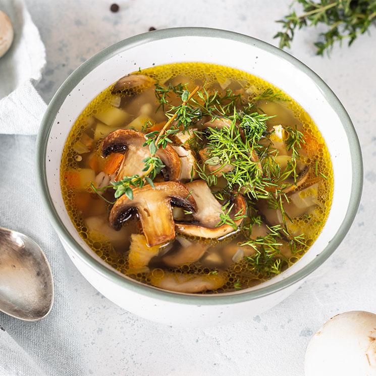 Sopa de cebada con vegetales, setas y hierbas aromáticas