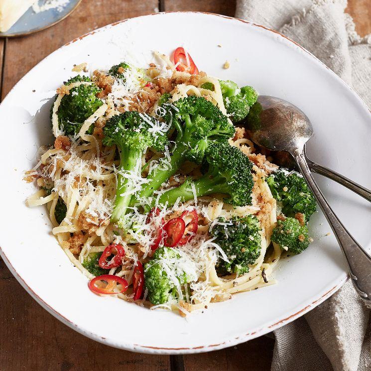 Espaguetis picantes con brócoli y queso