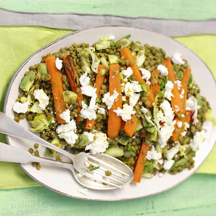 Ensalada templada de lentejas con zanahoria y queso