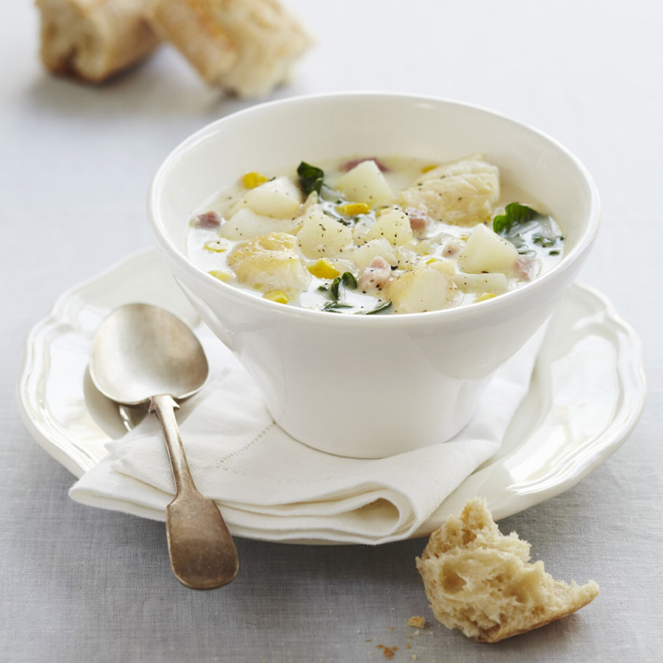 Sopa de bacalao con espinacas, beicon y maíz