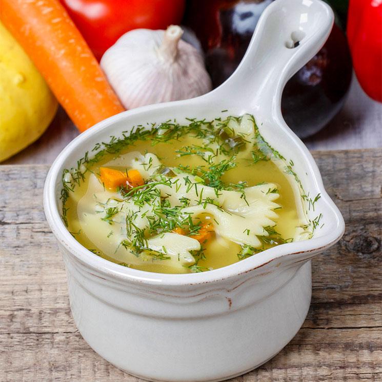 Sopa de pollo, pasta y verduras