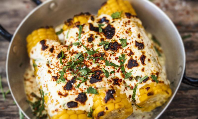Mazorcas de maíz gratinadas con queso