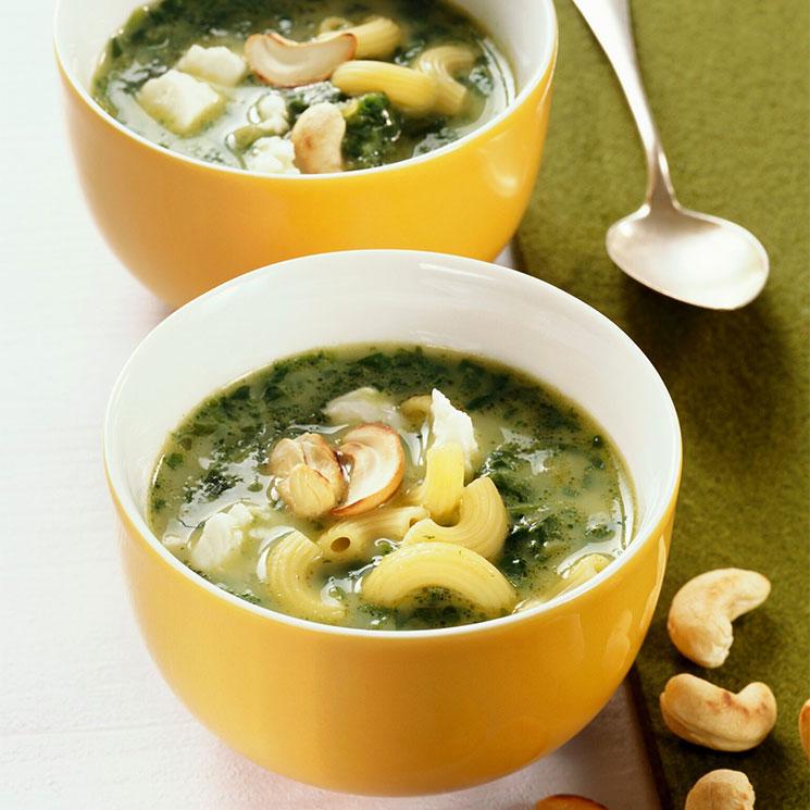 Sopa de espinacas con pasta, parmesano y anacardos
