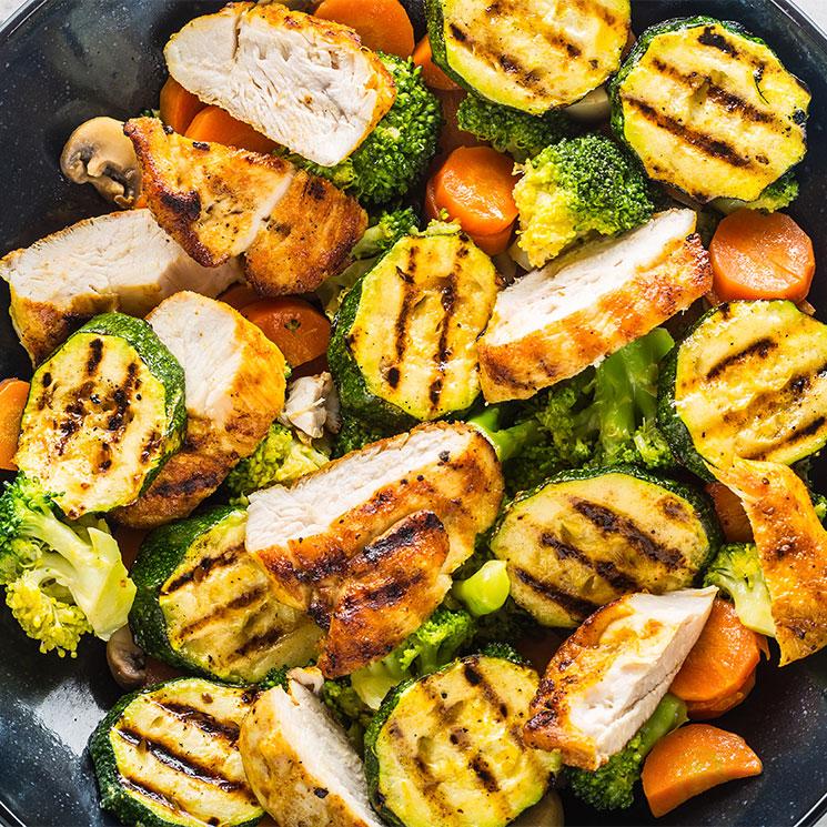 Pechuga de pollo braseada con calabacín, brócoli y zanahoria