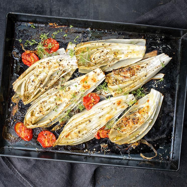 Endivias asadas con tomate, especias y hierbas aromáticas