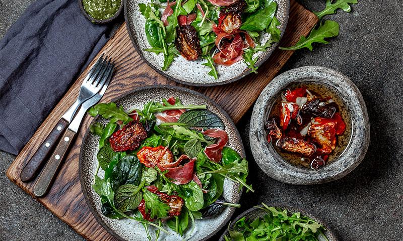 Ensalada con rúcula, espinacas, tomate seco y paletilla ibérica