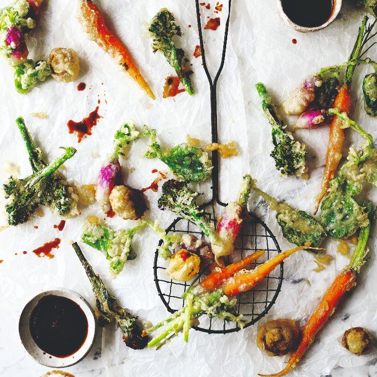 Tempura de hortalizas con salsa de soja, guindilla y cilantro