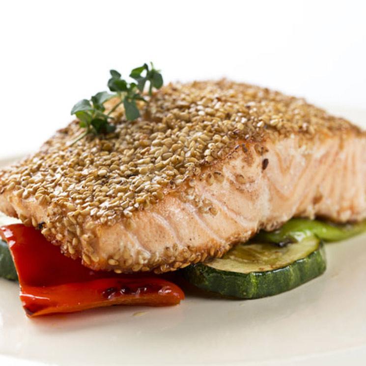Salmón fresco con sésamo y verduras a la plancha