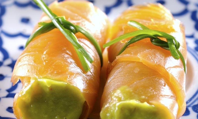 Rollitos de salmón ahumado rellenos de crema de aguacate