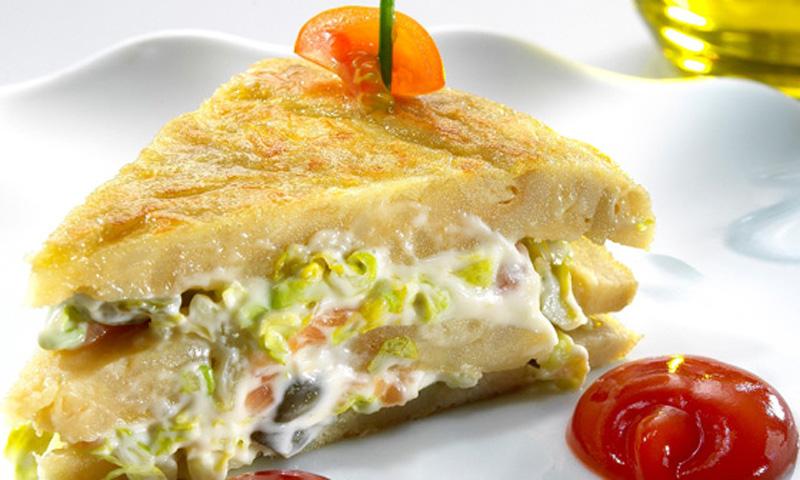Pincho de tortilla española rellena con ensalada de salmón ahumado