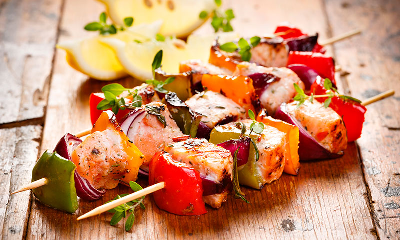 Brochetas de salmón, emperador y verduras