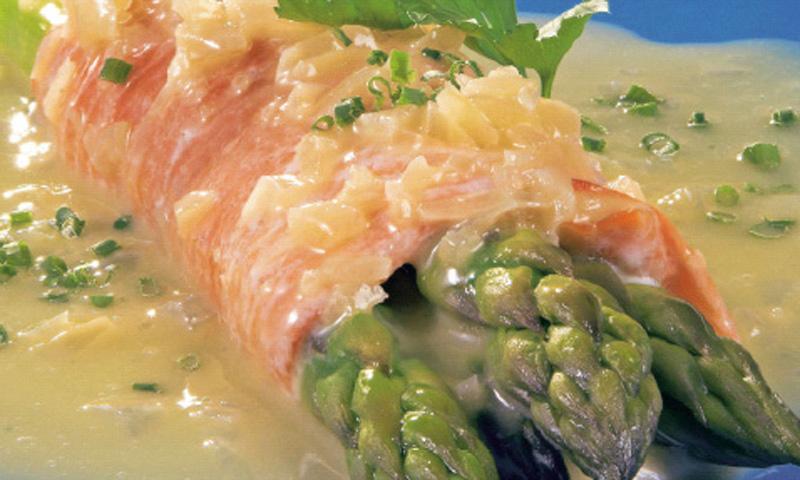 Rollitos de salmón con espárragos en salsa