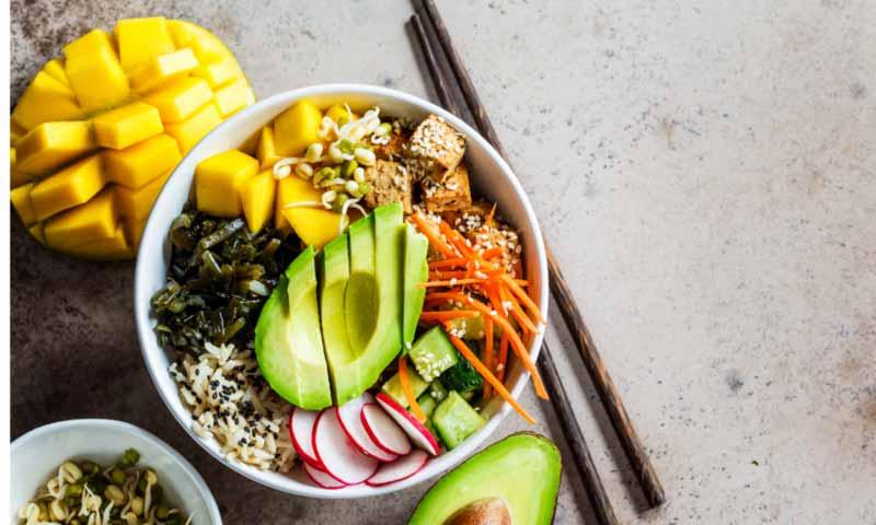 'Poke bowl' con arroz, aguacate, mango y tofu