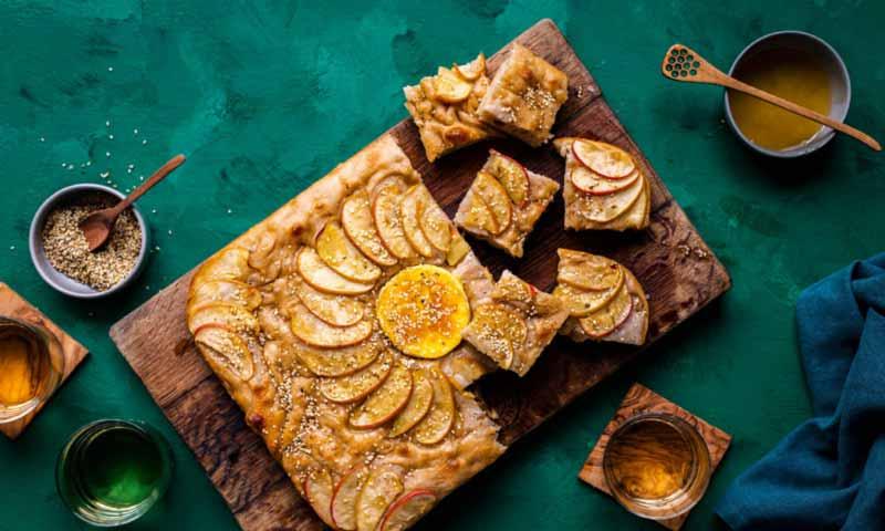 'Focaccia' con manzana, queso camembert y miel