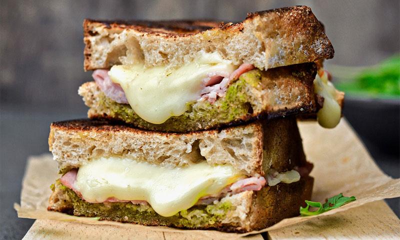Sándwich mixto con salsa pesto