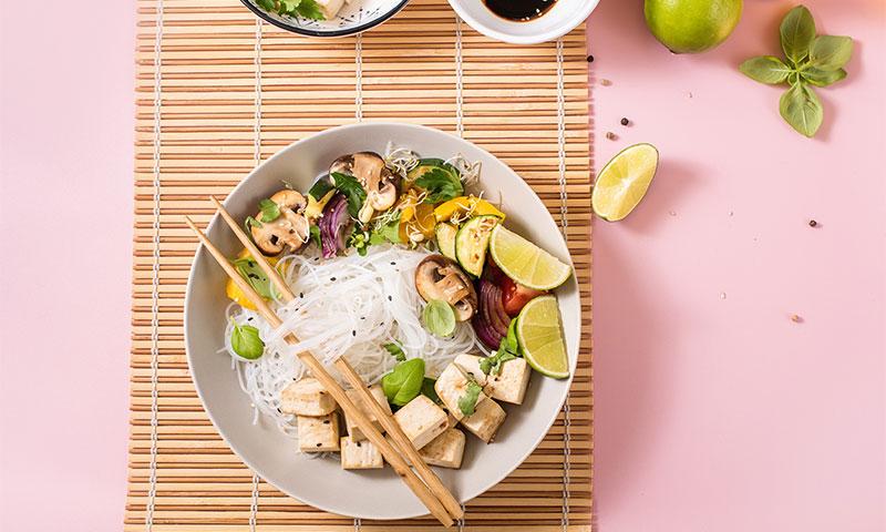 Fideos de arroz con tofu y calabacín