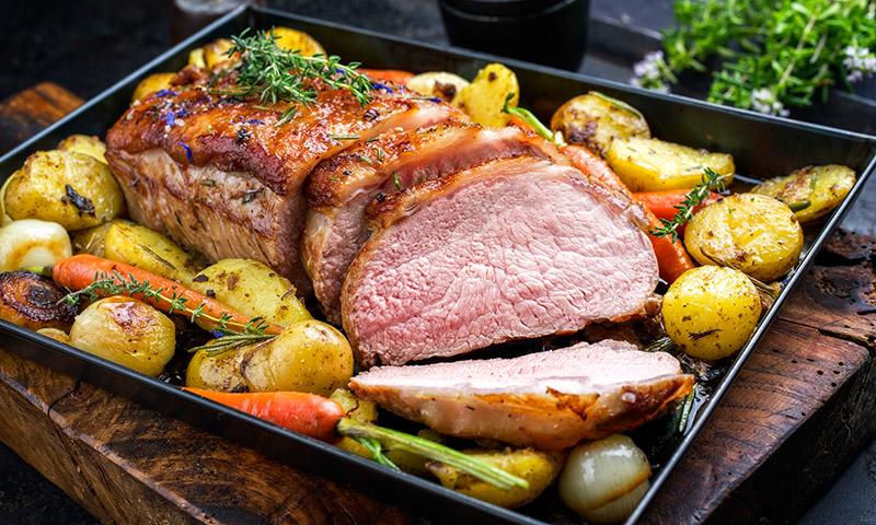 Lomo de cerdo asado al horno con verduras