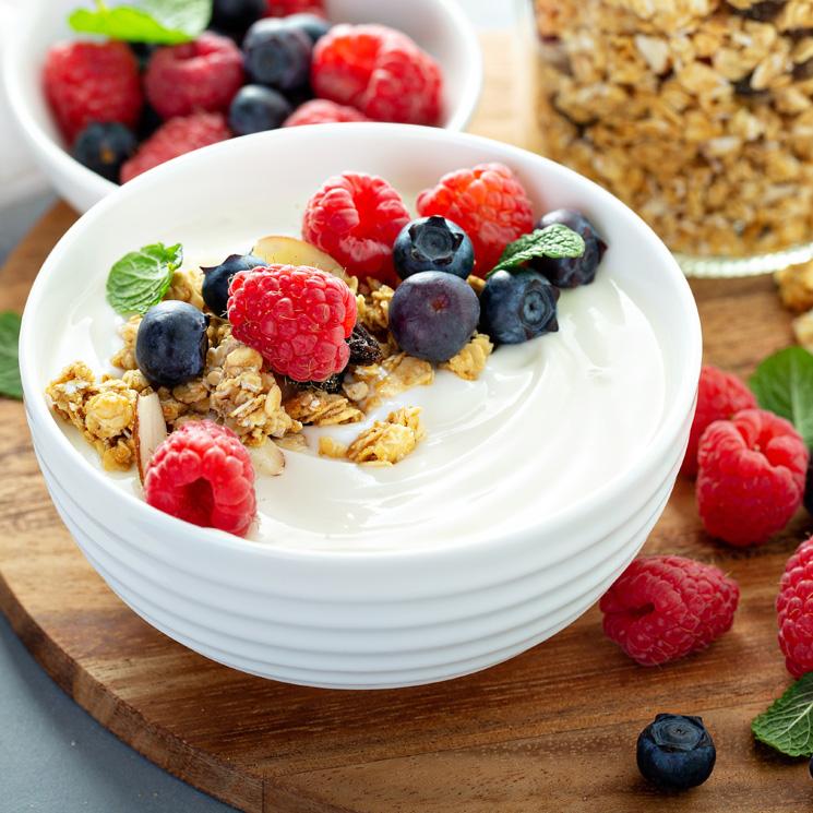 'Bowl' de yogur natural con frutos del bosque y muesli