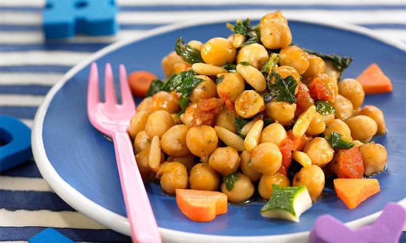 Salteado de garbanzos con verduras y piñones